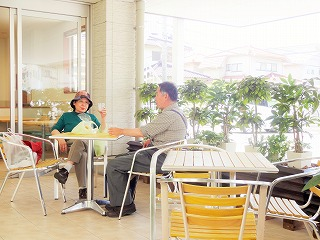 涼やかなオープンカフェスペースで、交流を楽しみませんか♪
