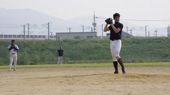 橘さんの投球を見守る、二塁手の妹尾さん、右翼手の小林さん