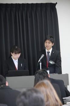 力強く発表する、藤田さんと難波さん。